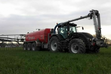 Valtra S374 mit Meyer-Lohne Ausbringfass